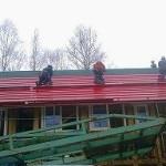 赤いトタン屋根