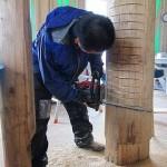 柱を削っています。